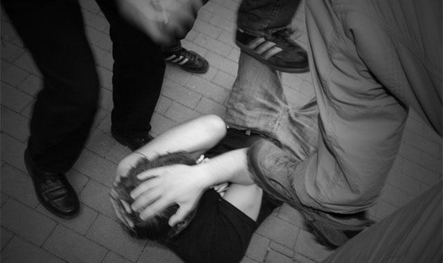 Gewalt, Tritte gegen den Kopf, Opfer am Boden, Opfer, Straftat, Körperverletzung, Zivilcourage, Rechtsanwalt, Mut
